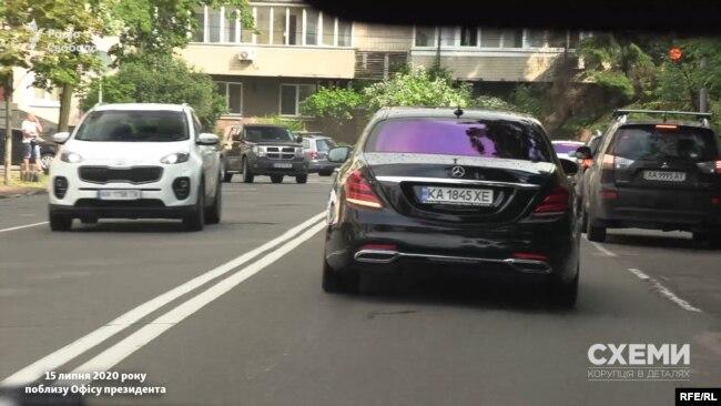 15 липня «Схеми» зафіксували, як близько 17-ї з Офісу президента виїхав Mercedes, яким користується керівник ОП Андрій Єрмак
