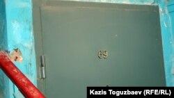Мөлшермен Жаңаөзенде полицияның халыққа оқ жаудырған сәті туралы видео түсірілген пәтер. 17 ақпан 2012 жыл.