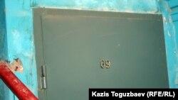 Дверь в квартиру, откуда, предположительно, велась видеосъемка Saule540. Город Жанаозен Мангистауской области, 17 февраля 2012 года.