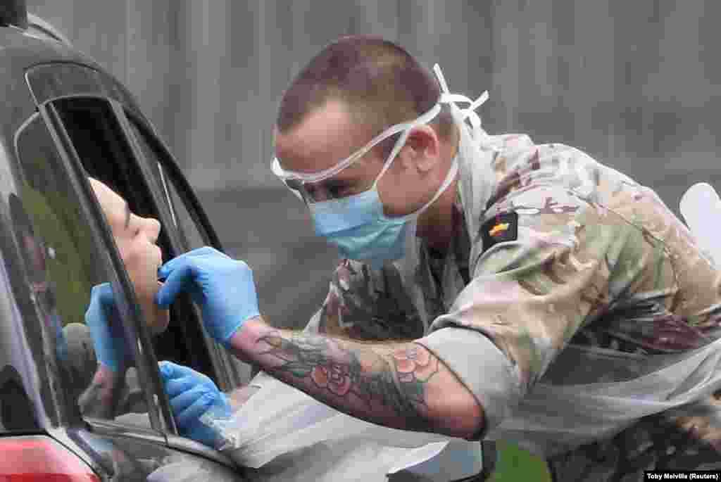 Станом на понеділок 21 березня всього в країні протестували на коронавірус 397,670 британців, окрім того список тих, хто має тестуватися в першу чергу, розширився. Це поліцейські, пожежники, судді, працівники в'язниць. Більш масово планують тестувати медиків. На фото: військовий проводить тест на коронавірус на парковці центру тестування біля Чессингтон парк