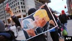 Плакат на акции протеста против избрания Дональда Трампа в Вашингтоне