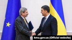 Comisarul european pentru negocieri de extindere Johannes Hahn și premierul de la Kiev, Volodimir Groisman, 9 noiembrie, 2018