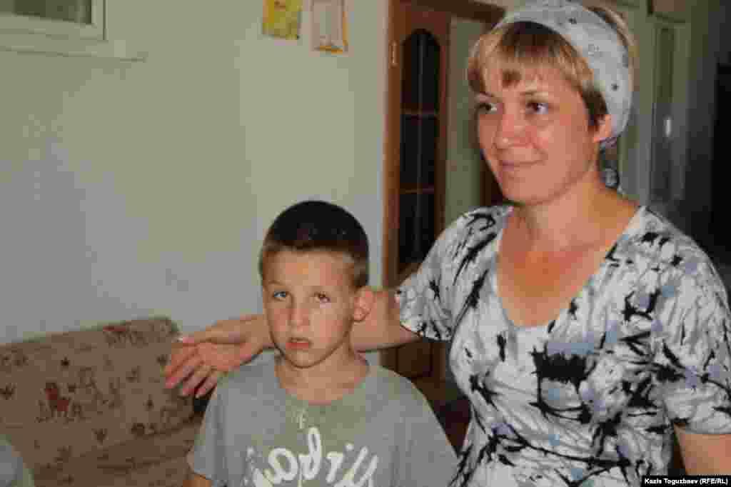 Воспитатель детского приюта при храме Наталья Зайцева с воспитанником семилетним Алёшей Туркиным.