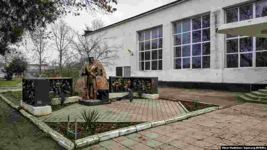 Пам'ятник засновникові Миколаївки матросу Андрію Бобирю, розташований біля Будинку культури
