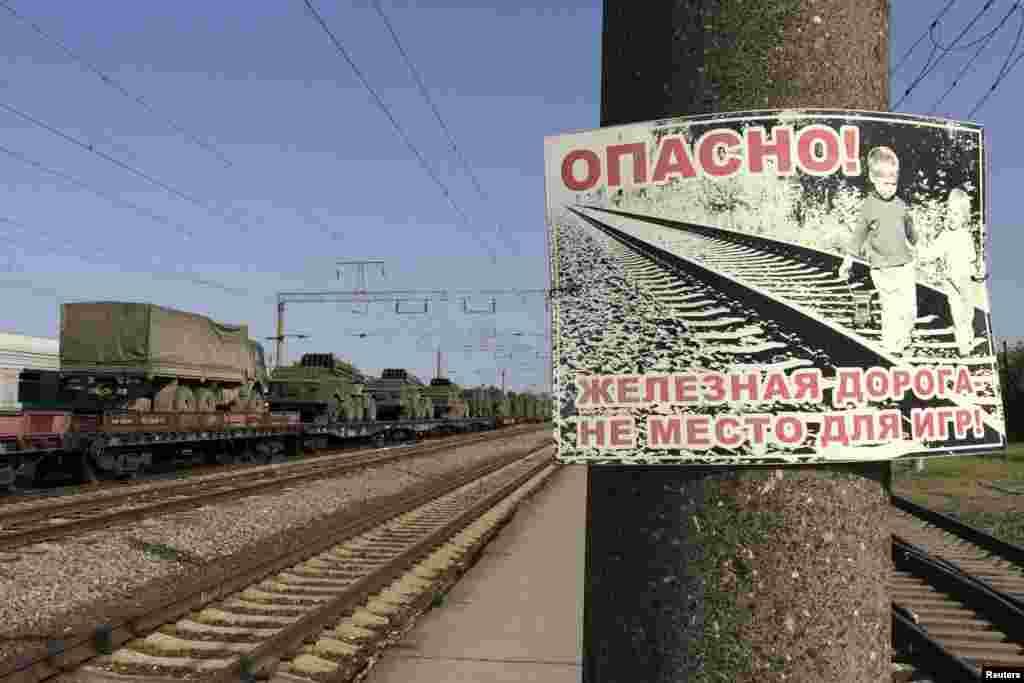 Поезд, перевозящий ракетные установки и военную технику через город Матвеев Курган, Ростовская область, направляется в сторону российско-украинской границы. Фотография сделана 25 мая 2015 года