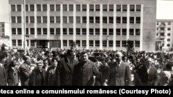 Nicolae Ceauşescu în vizită la Fabrica de confecţii Bucureşti. (27 mai 1970) Fototeca online a comunismului românesc; cota 59/1970