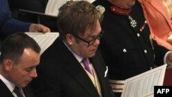Elton John (në mes me syze) dhe partneri i tij David Furnish (majtas)