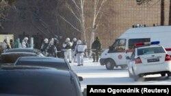 Вооруженные силовики и машины полиции рядом со школой в Улан-Удэ, на которую совершено нападение. 19 января 2018 года.