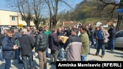 Nezadovoljni radnici Krivaje iz Zavidovića blokirali saobraćajnicu, 18. mart 2016. godine, ilustrativna fotografija