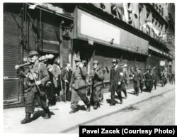 Солдаты РОА и пражские повстанцы на улице Плзеньска в Праге, 7 мая 1945 года