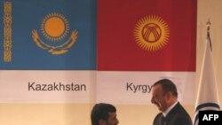 محمود احمدینژاد و الهامعلیاف، رئيسجمهوری آذربايجان در افتتاحيه اجلاس اکو، تهران ۲۱ اسفند ۱۳۸۷
