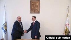 Нагорный Карабах -- Встреча мэра Еревана Тарона Маркаряна (справа) с мэром Степанакерта Суреном Григоряном, Степанакерт, 11 ноября 2013 г. (Фотография - пресс-служба мэрии Еревана)