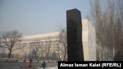 Памятник героям апрельских событий в Бишкеке