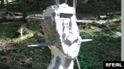 Зруйнований пам'ятний знак загиблим воїнам УПА на горі Хрещатій, Підкарпатського воєводства.