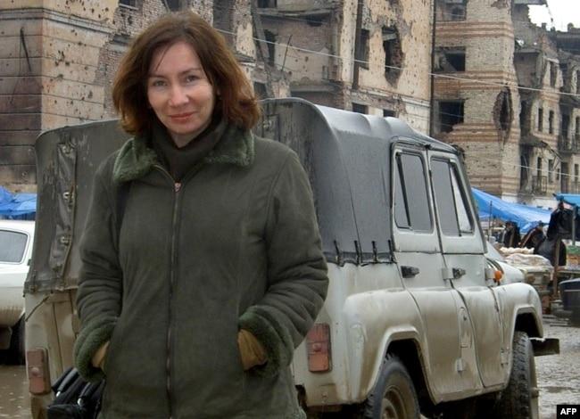 Наталья Эстемирова в Грозном, сентябрь 2004 года. Фото: AFP