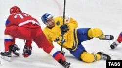 Игрок сборной России Алексей Емелин (слева) и игрок сборной Швеции Маттиас Шёгрен в матче Россия - Швеция
