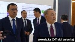 Первый президент Казахстана Нурсултан Назарбаев (cправа) в офисе «Нур Отана».