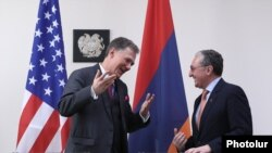 Armenia - Foreign Minister Zohrab Mnatsakanian (R) and U.S. Deputy Assistant Secretary of State George Kent are about to sign an agreement after the first session of the U.S.-Armenia Strategic Dialouge in Yerevan, May 7, 2019.