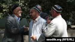 Әңгімелесіп тұрған қариялар. Өзбекстан, 25 қыркүйек 2011 жыл. (Көрнекі сурет)