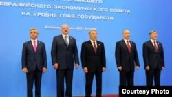 ЕAЭБ мүчө мамлекеттердин президенттери Саргсян, Лукашенко, Назарбаев жана ага талапкер болуп жаткан Кыргызстандын президенти Алмазбек Атамбаев.