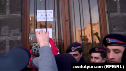 Участники акции протеста перед зданием областной администрации Ширака, Гюмри, 14 января 2015 г.