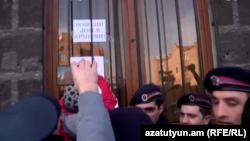 Բողոքի ակցիայի մասնակիցները Շիրակի մարզպետարանի շենքի մոտ, Գյումրի, 14-ը հունվարի, 2015թ.