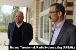 Вітольд Горовський (ліворуч) на відкритті пам'ятної дошки на честь тата на Тернопільщині