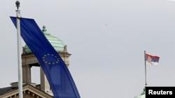 Beograd - Flamujt e Serbisë dhe Bashkimit Evropian, para Parlamentit të Serbisë