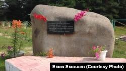 Мемориальный камень в память спецпереселенцев в п. Новосёлово Колпашевского р-на Томской обл.