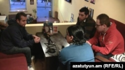 Журналист Радио Азатутюн беседует с молодыми армянами из Сирии, которые покинули свою страну. Ереван, 8 марта 2012 г.
