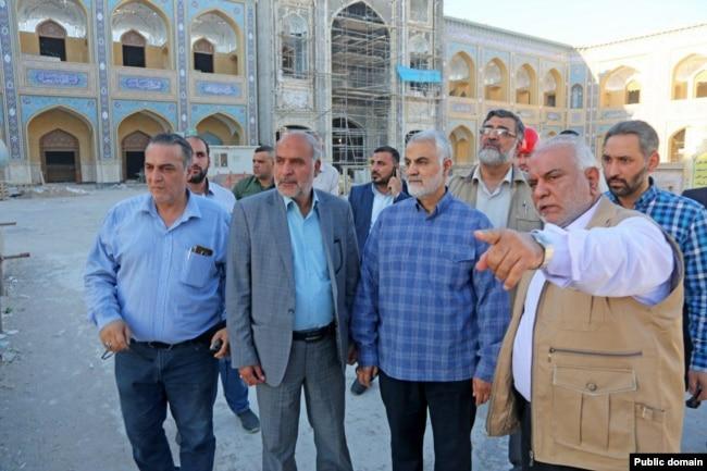 تصویری دیگری از حضور قاسم سلیمانی در جریان بازسازی یکی از مکانهای مذهبی عراق