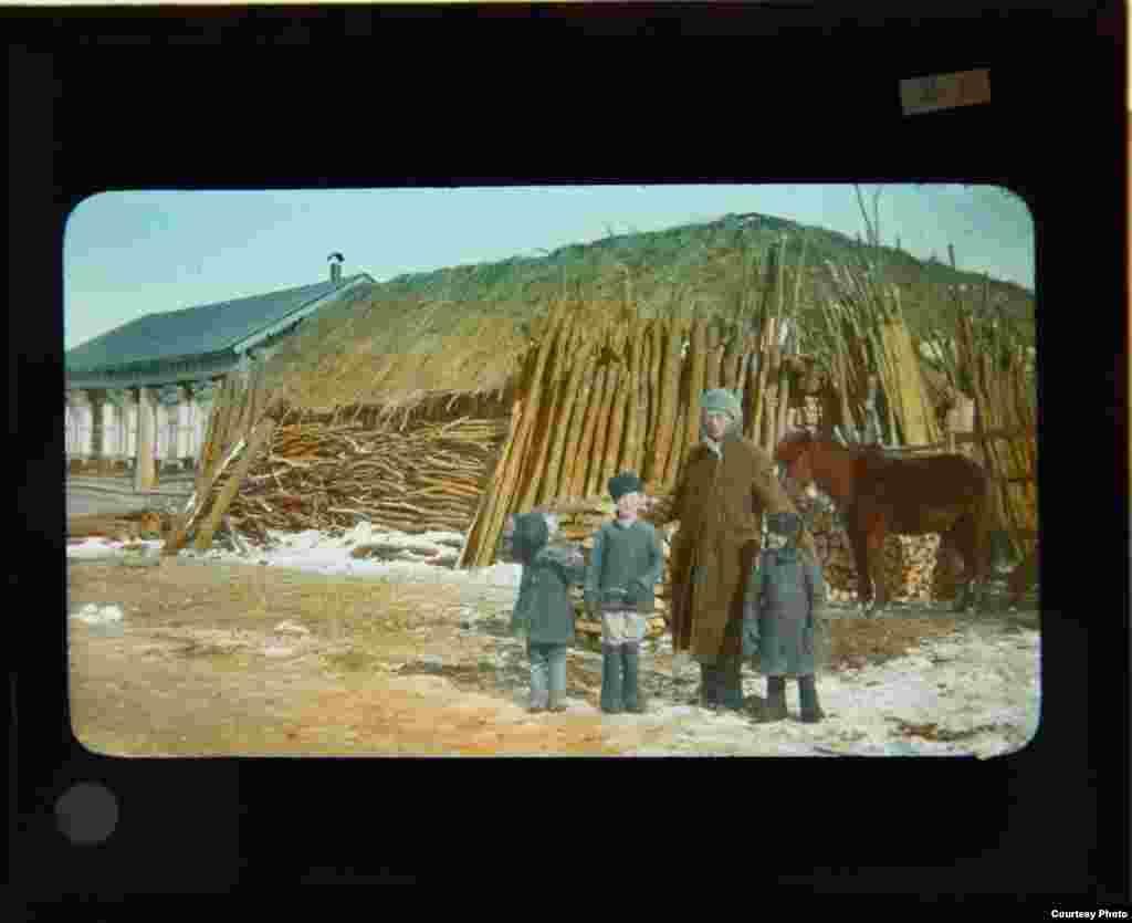 Джон Веллз Рейгілл і три російські хлопчики у невеликому селі