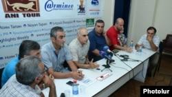 Члены движения «Вон из нашего кармана!» на пресс-конференции, Ереван, 24 июля 2015 г.