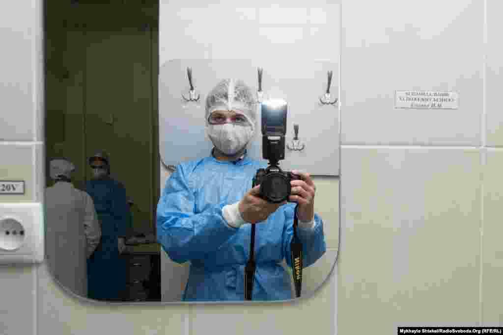 Навіть у «чисту зону» лабораторії журналістів не пропускають без захисного одягу. А на виході і камеру, і руки, і незакритий одяг обробили антисептиком. Випадково тут не захворієш, кажуть лікарі