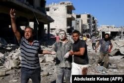 """Один из пострадавших в результате авианалета на Маарет-аль-Нуман 22 июля, которому """"Белые каски"""" помогли выбраться из развалин"""