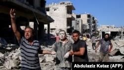 Раненые в городе Маарет аль-Нуман после авиаудара.