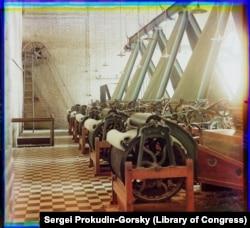 Мақта-тоқыма фабрикасындағы жіп иіретін станоктар бейнеленген бұл фото, сірә, Ташкентте түсірілсе керек.