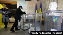 Голосування на одній з виборчих дільниць у Слов'янську Донецької області під час виборів парламенту України, 26 жовтня 2014 року