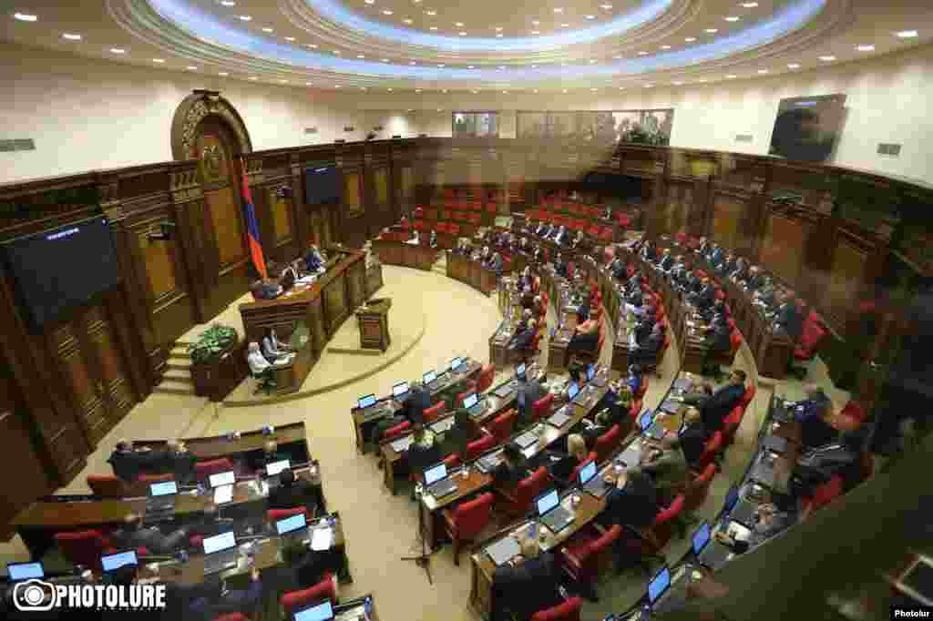 На спеціальному засіданні Національних зборів Вірменії 76 голосами «за» та 17 «проти» Сержа Сарґсяна призначили новим прем'єр-міністром Вірменії. Тепер він – найвпливовіша особа країни, внаслідок конституційної реформи 2005 року