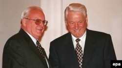 Ныне покойные президент Германии Роман Герцог (справа) и первый президент России Борис Ельцин в Кремле. Москва, 1 сентября 1997 года.