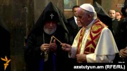 Армения - Католикос всех армян Гарегин Второй и Папа Римский Франциск в монастыре Хор Вирап, 26 июня 2016 г.
