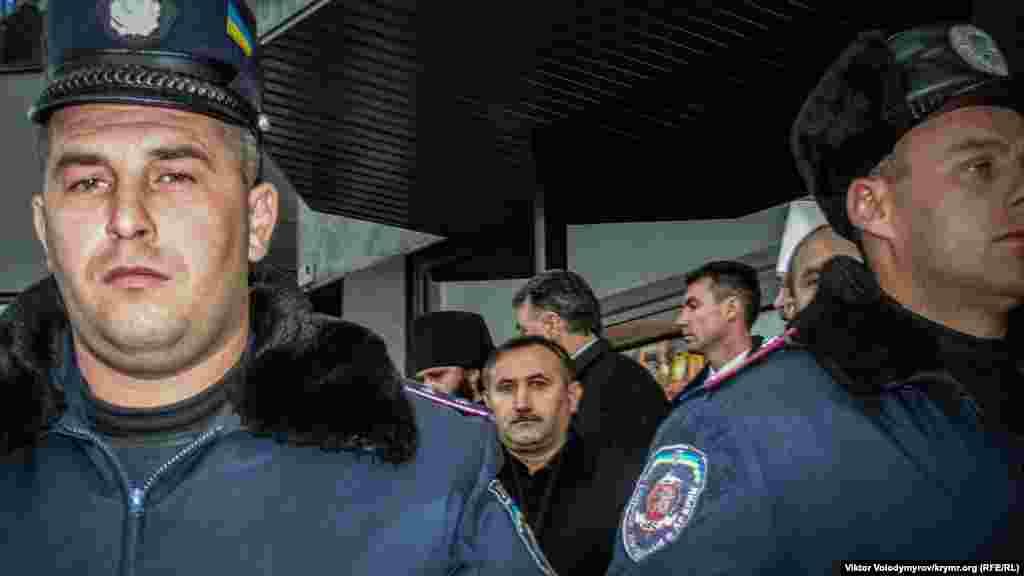 Первый заместитель постоянного представителя президента Украины в АРК Евгений Драпятый за оцеплением милиции. Протестующие неоднократно пытались прорвать милицейскую цепь