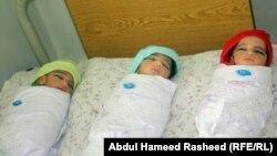 آرشیف، یک مادر که برای ۱۲ سال اولاد نداشت، در یکی از شفاخانه های کابل سه گانگی بدنیا آورد. 19 October 2010 ( عکس جنبه تزئینی دارد.)