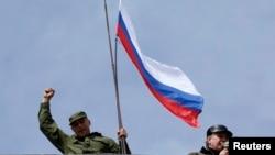 به اهتزاز درآمدن پرچم روسیه بر فراز پایگاه نیروی دریایی اوکراین در سواستوپول