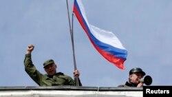 Невідомий із російським прапором на даху штабу українських Військово-морських сил у Севастополі, 19 березня 2014 року