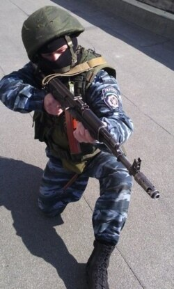"Фәнис Хәсәншинның ВКонтактедагы төп фотосында ул Украинаның ""Беркут"" хезмәткәре киемендә. Иңбашына Украина дип язылган"