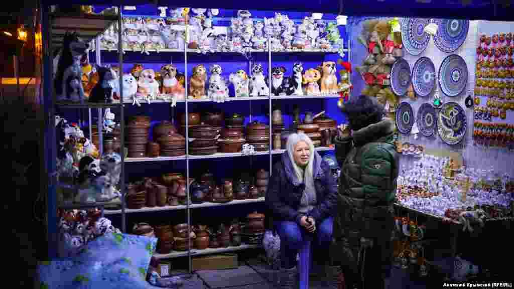 На городской ярмарке торгуют глиняными фигурками собак – символом 2018 года по восточному календарю