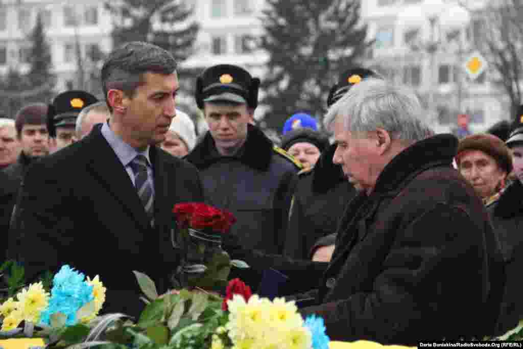 Голова ОДА вручає відзнаку «За заслуги перед Черкащиною» рідним Олександра Маламужа, якого нагородили посмертно