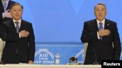 Нұрлан Нығматулин (сол жақта) мен президент Нұрсұлтан Назарбаев (оң жақта) «Нұр Отан» партиясының съезінде. Астана, 11 ақпан 2011 жыл.