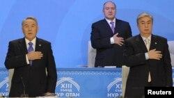 """Президент Нұрсұлтан Назарбаев (сол жақта) """"Нұр Отан"""" партиясының съезінде. Оның қатарында тұрған - сенат спикері Қасым-Жомарт Тоқаев. Астана, 11 ақпан 2011 жыл"""